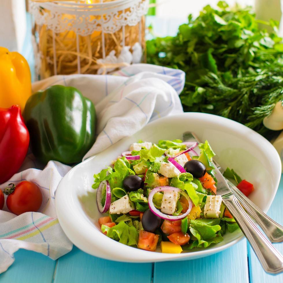 salade de légumes à la tomate, laitue, oignon rouge, poivron, olive et fromage photo