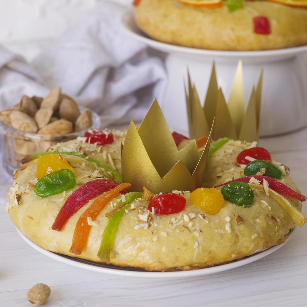 desserts du jour épiphanie avec des couronnes en papier photo
