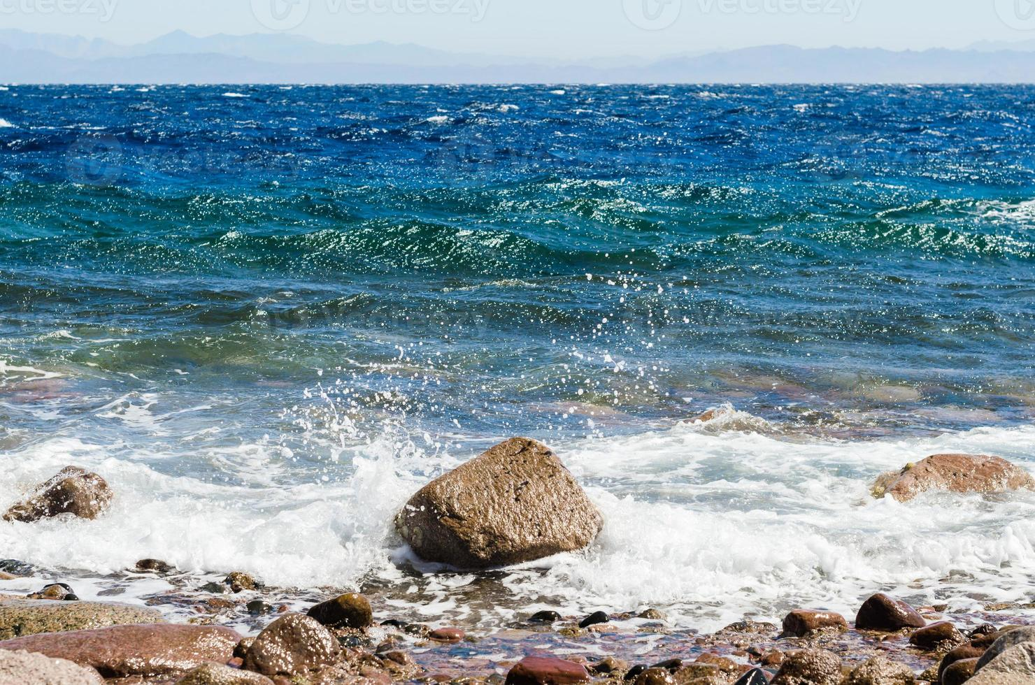 vagues éclaboussant sur un rocher photo