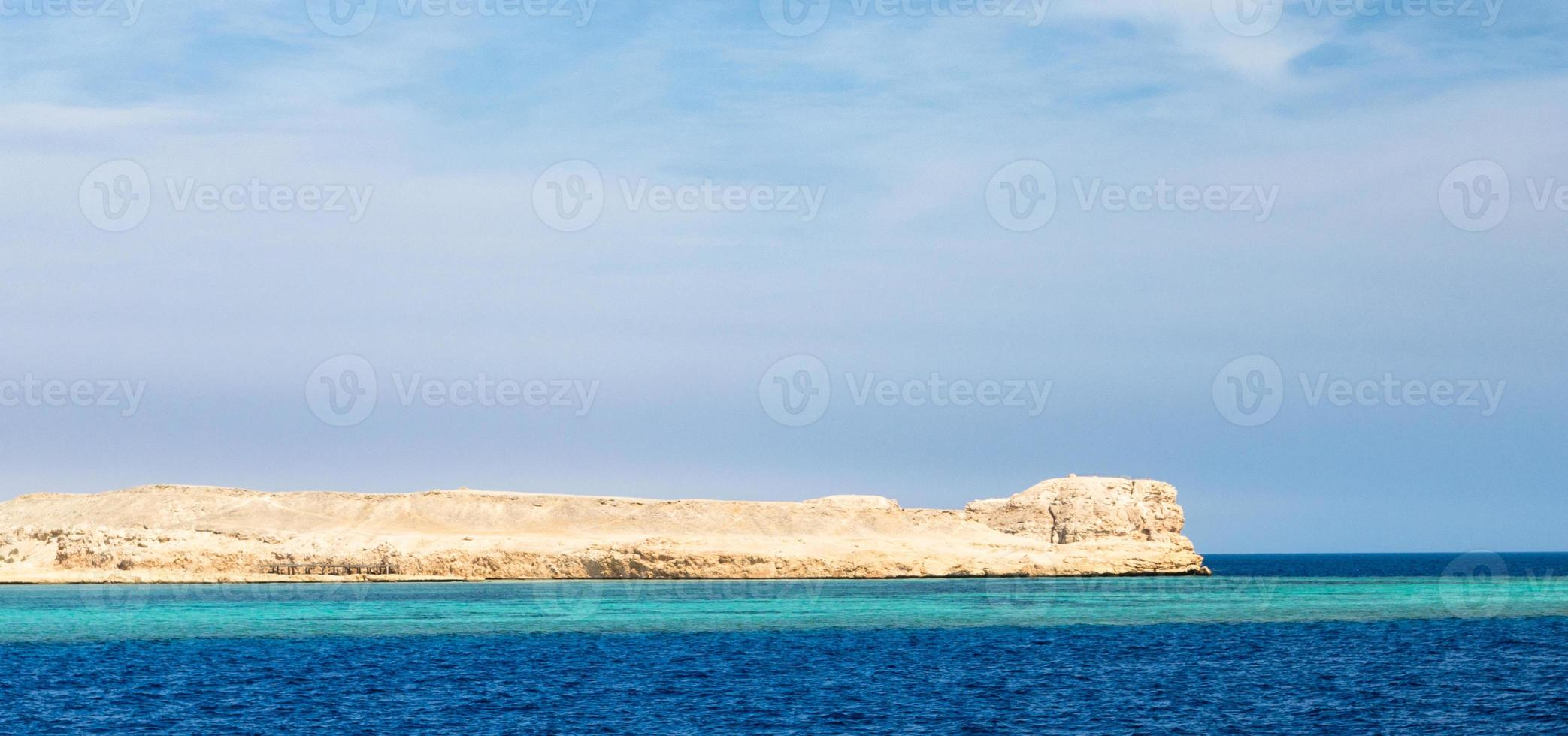 mer bleue et rochers photo