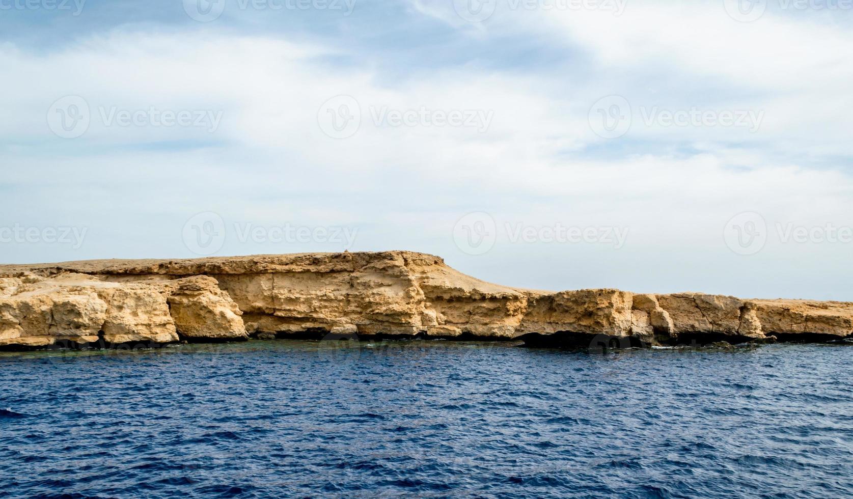 côte rocheuse et eau bleue photo