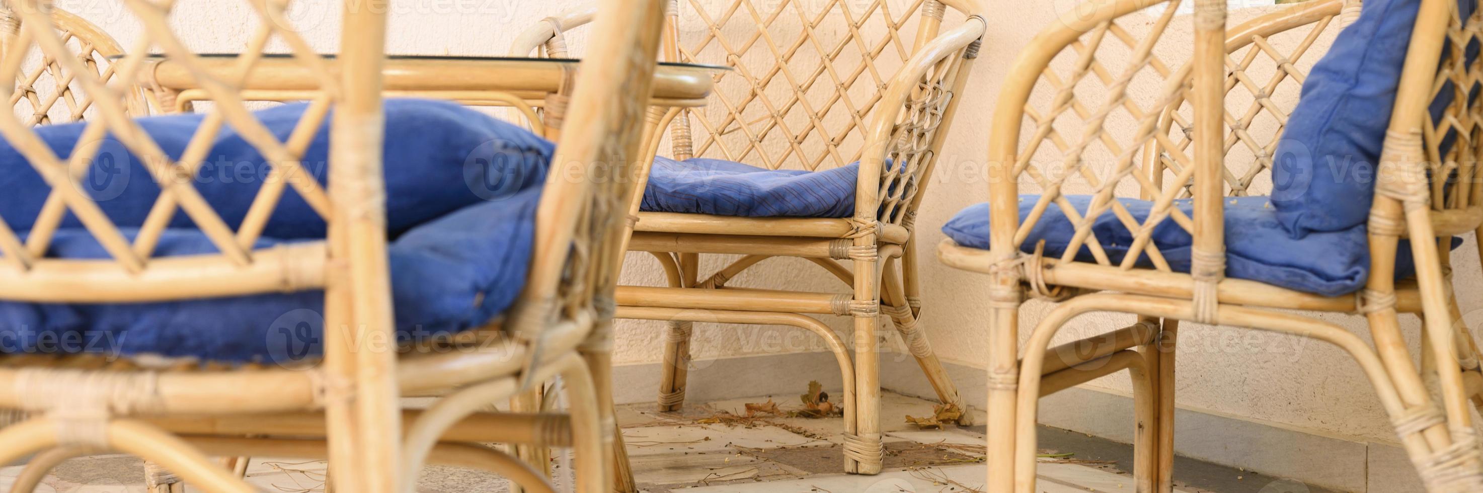 chaises en bois d'osier et table basse pour se détendre et socialiser photo