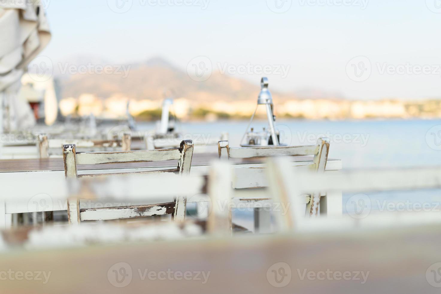 Tables de café sur le remblai de la mer Méditerranée photo