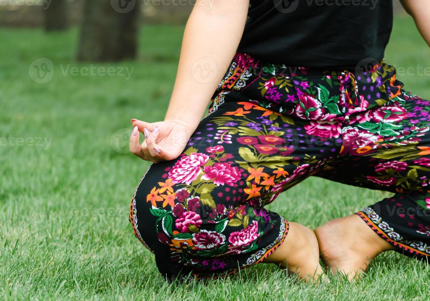 gros plan, de, a, femme, dans, a, pose yoga, sur, herbe verte photo