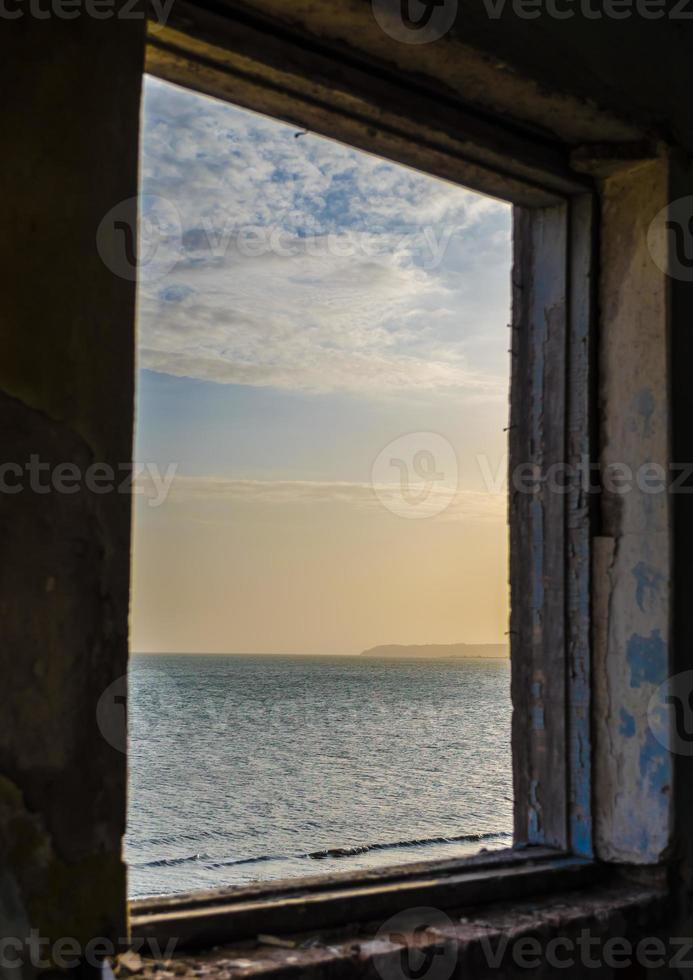 vue sur la mer depuis une fenêtre photo