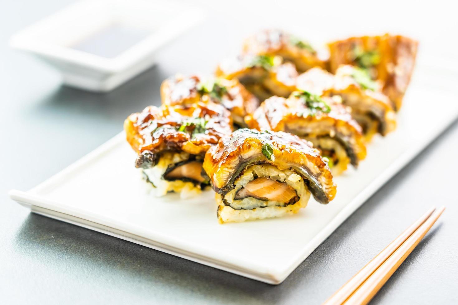 Sushi maki à l'anguille grillée ou poisson unagi avec sauce sucrée photo