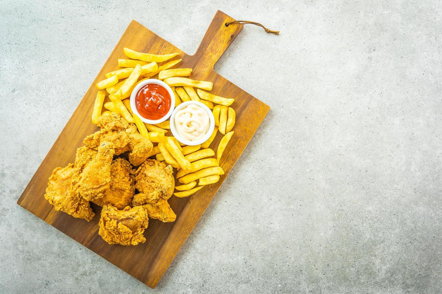 ailes de poulet frites avec frites et sauce tomate ou ketchup et mayonnaise photo