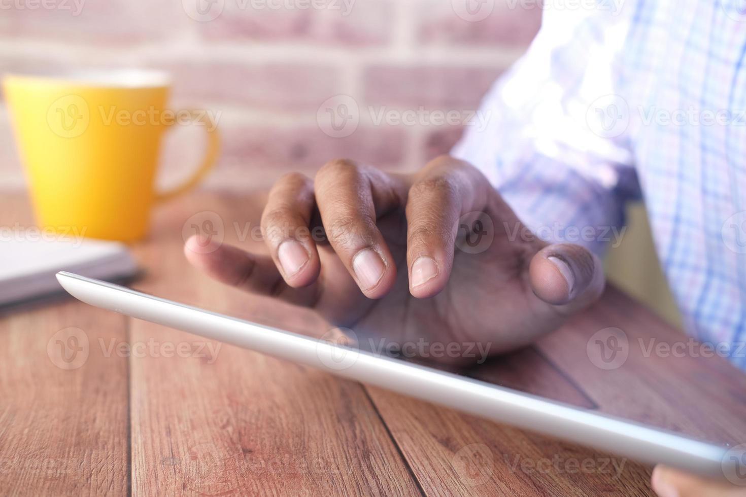homme d & # 39; affaires à l & # 39; aide de la tablette numérique au bureau photo