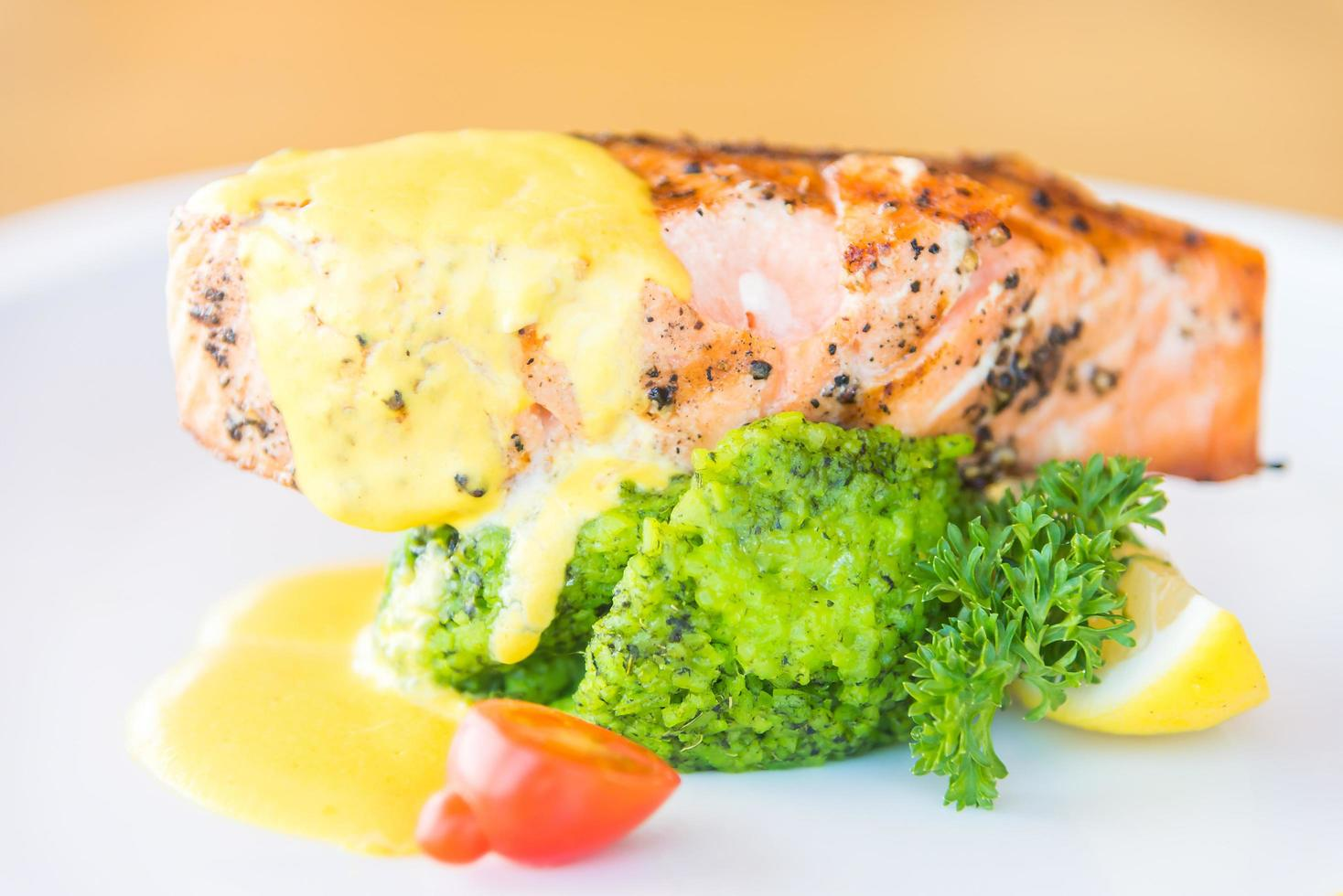 steak de viande de saumon grillé photo