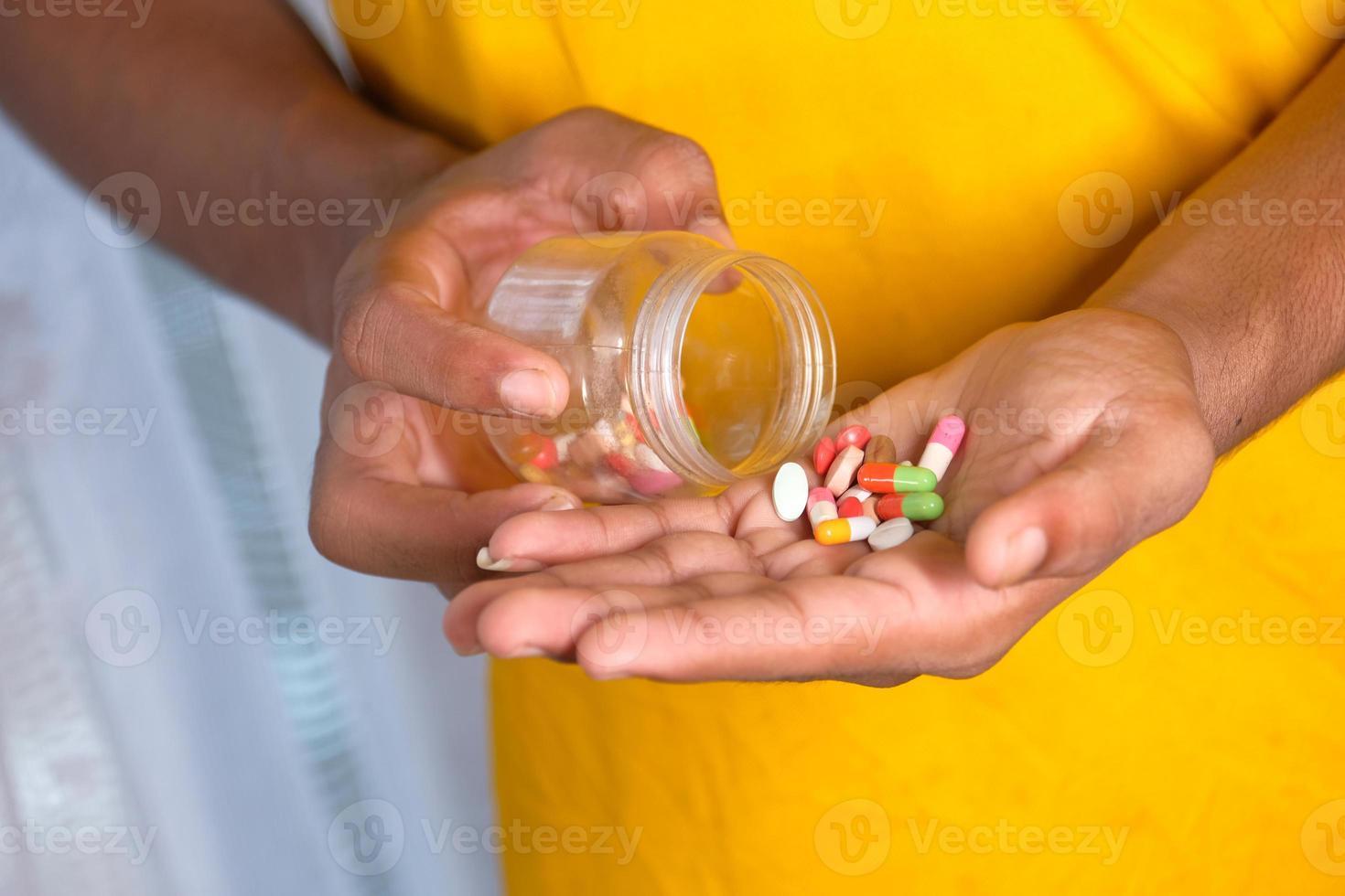 gros plan, de, homme, prise main, médecine photo