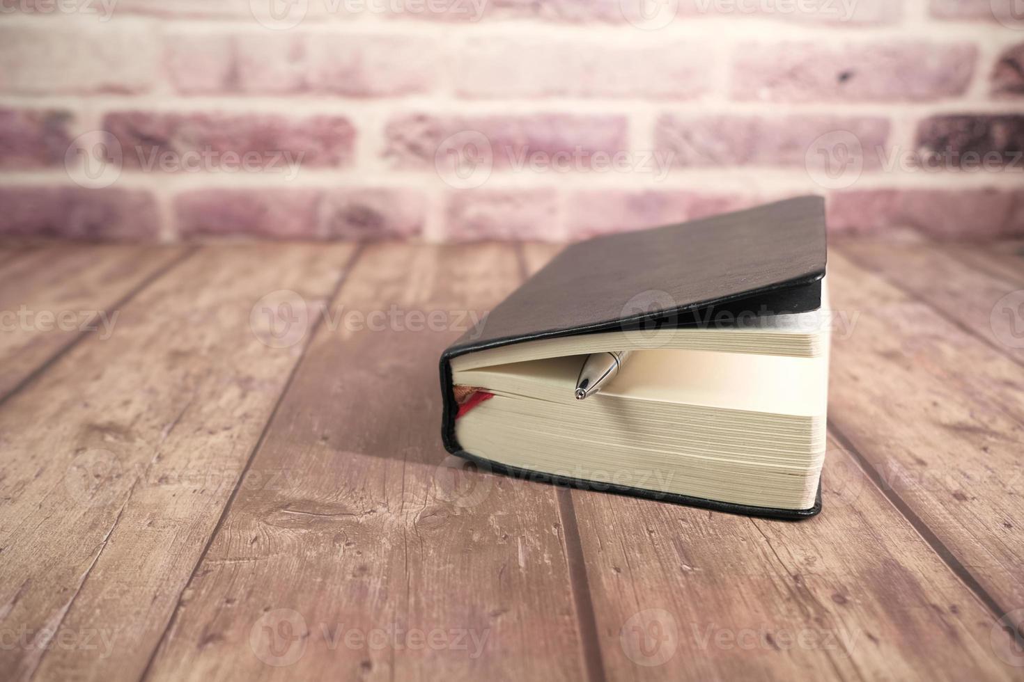 gros plan, de, livre, et, crayon, sur, table bois photo