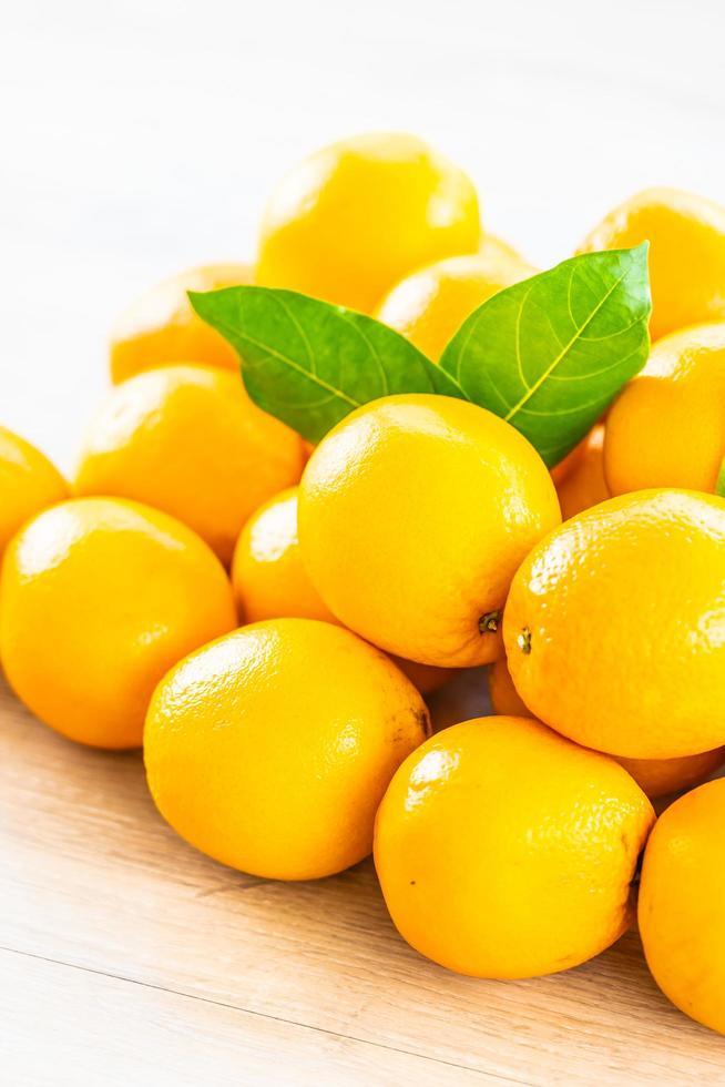 oranges fraîches sur la table photo