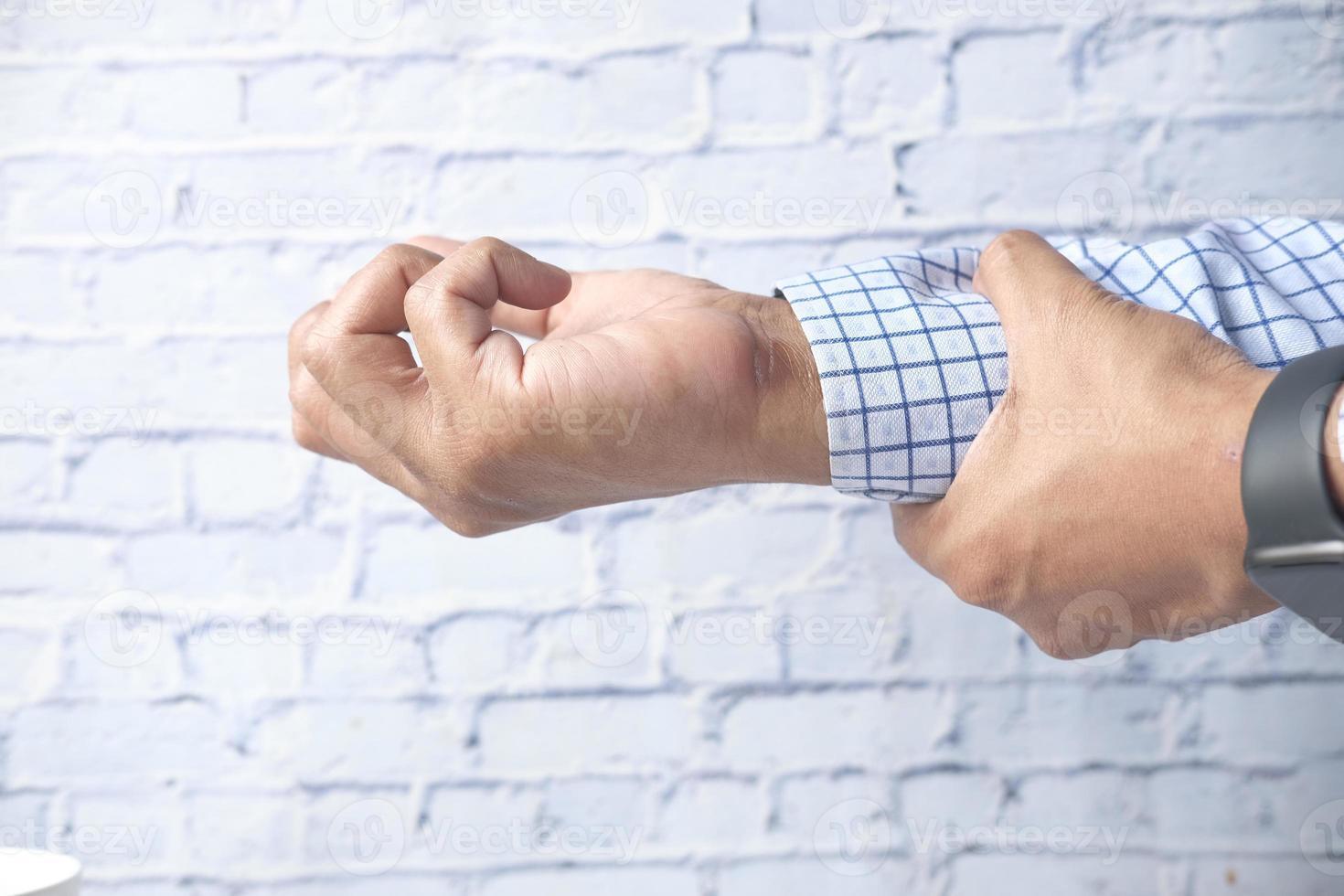 homme souffrant de douleur au poignet se bouchent photo