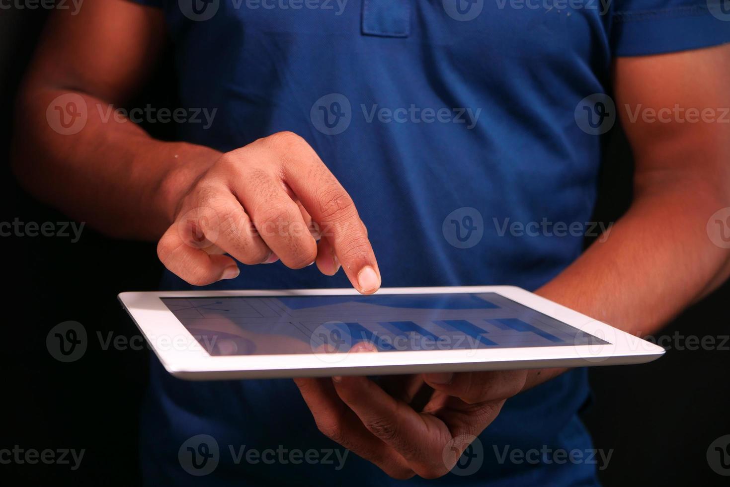 travaillant sur une tablette numérique photo