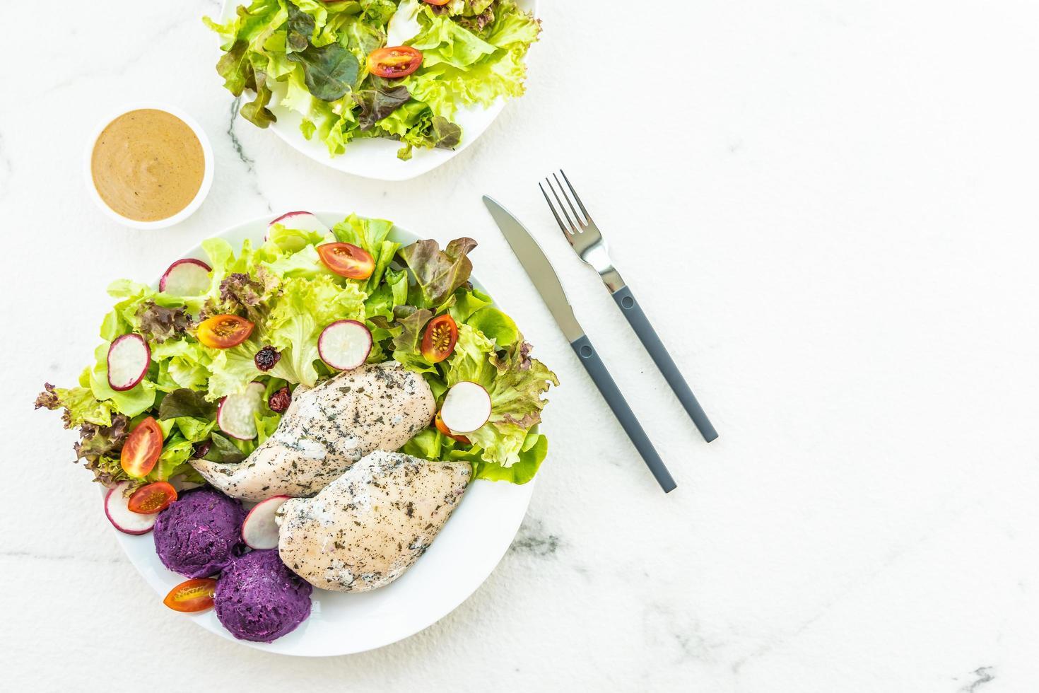 steak de poitrine de poulet grillé aux légumes frais photo