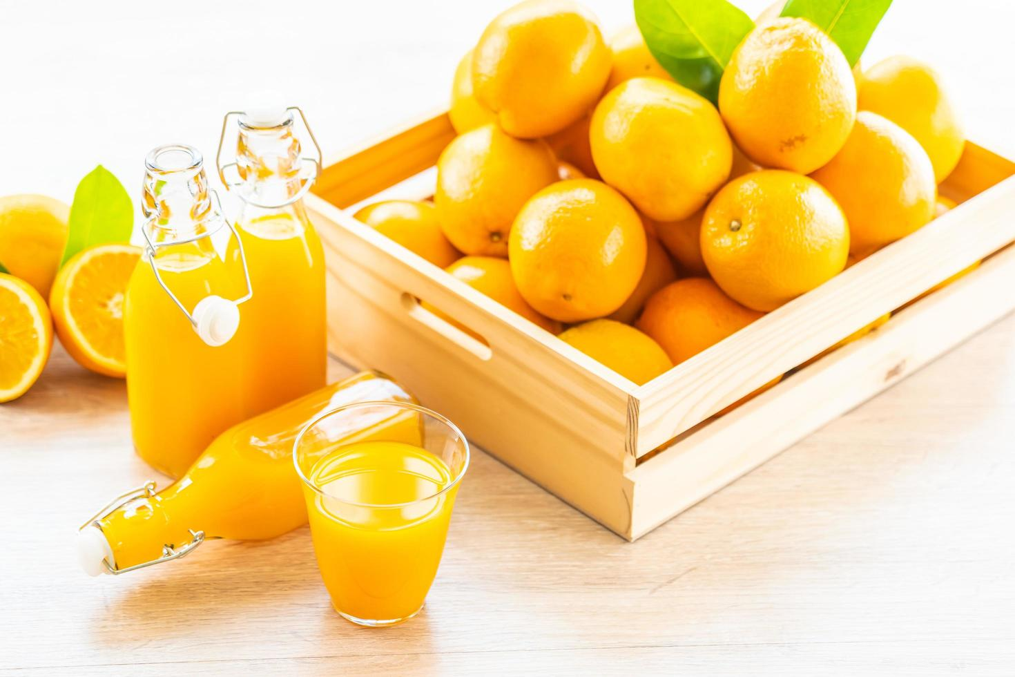 jus d'orange frais à boire dans un verre de bouteille photo