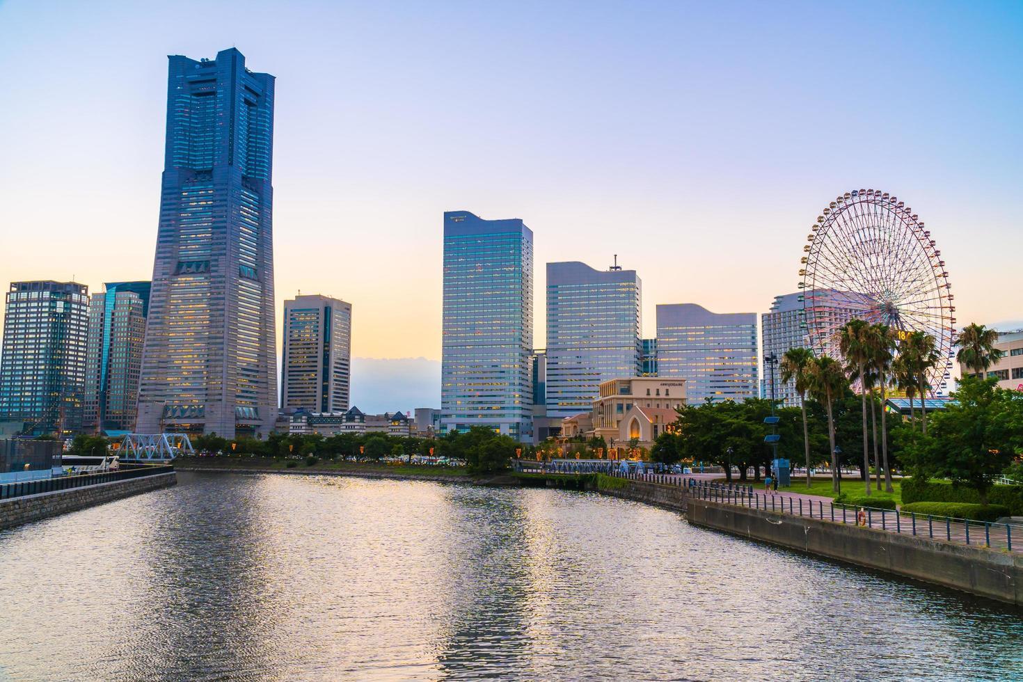 Toits de la ville de Yokohama au crépuscule, Yokohama, Japon photo