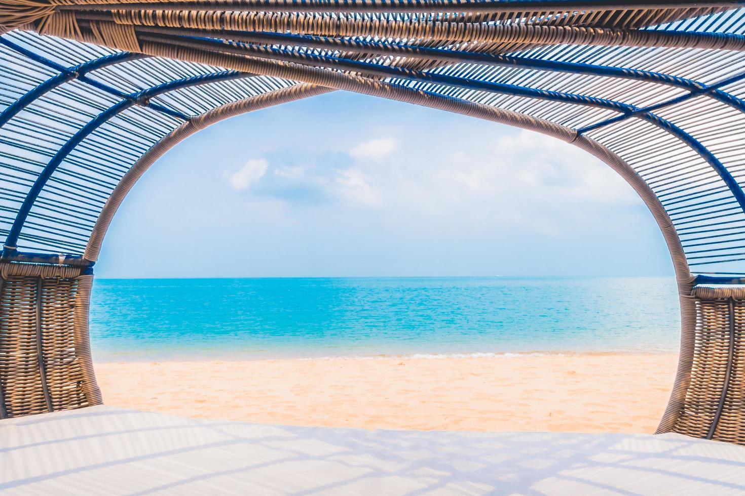 terrasse de luxe avec oreiller sur la plage et la mer photo