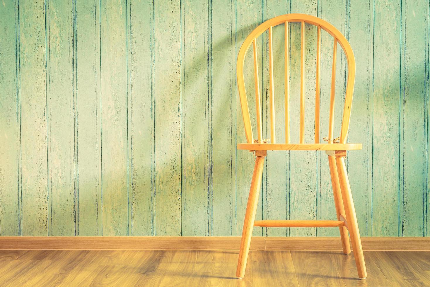 Chaise en bois vintage sur fond de bois photo
