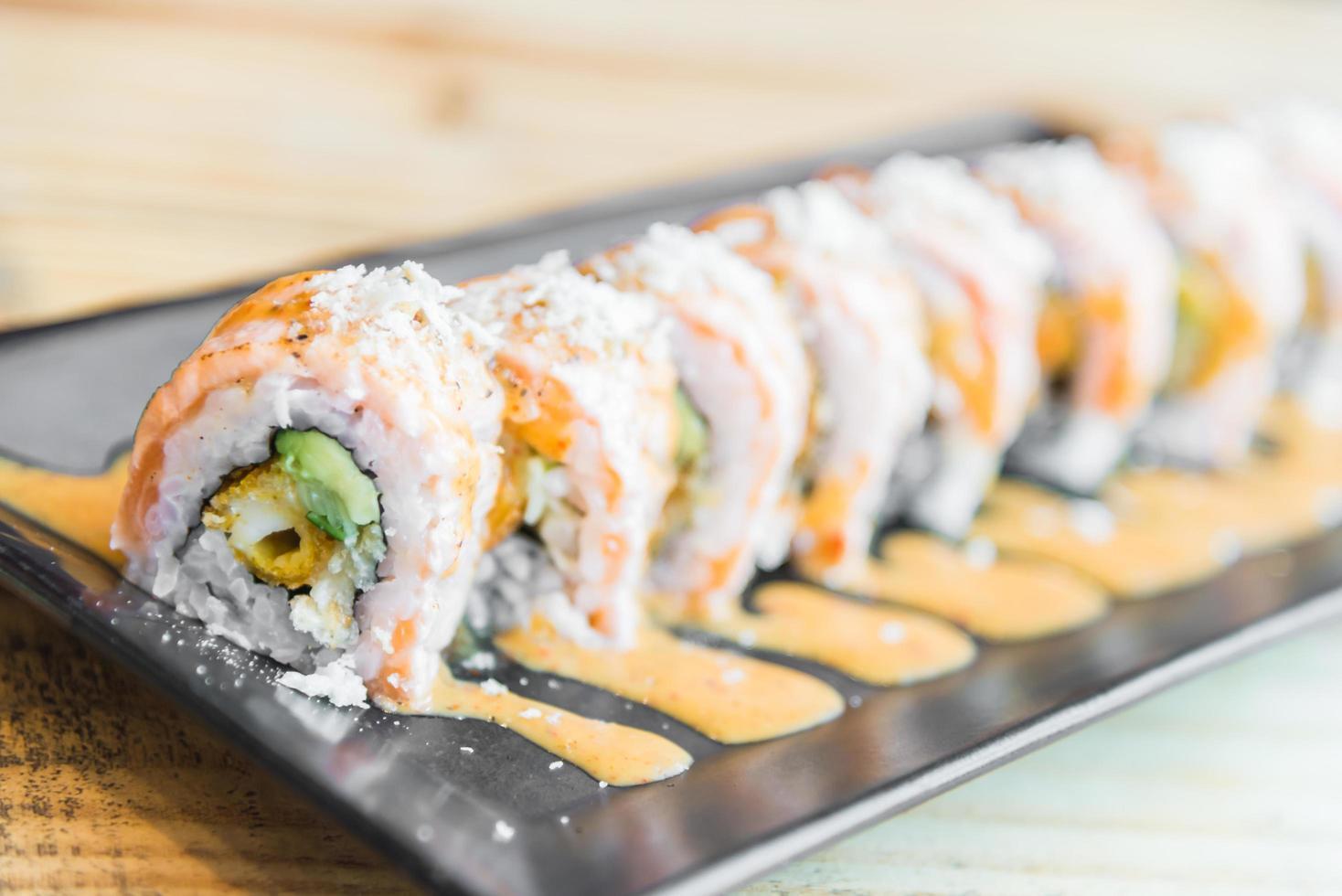 rouleau de sushi au saumon photo