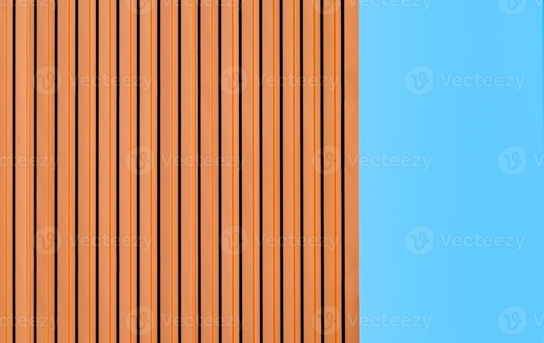 mur orange contre un ciel bleu photo