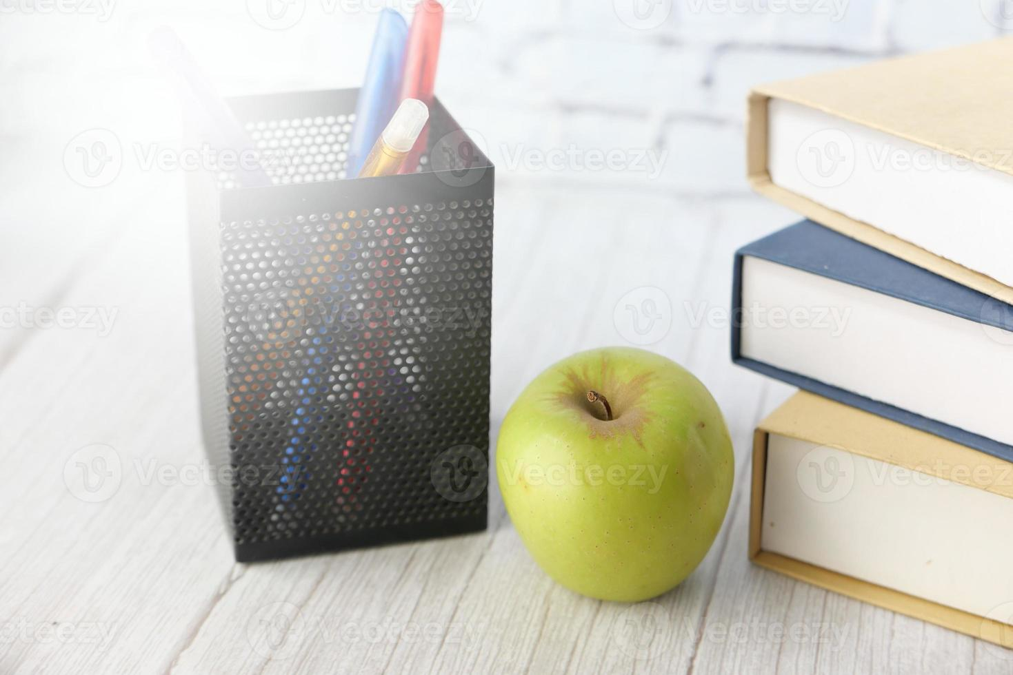 concept d & # 39; école avec apple sur le bloc-notes sur la table photo