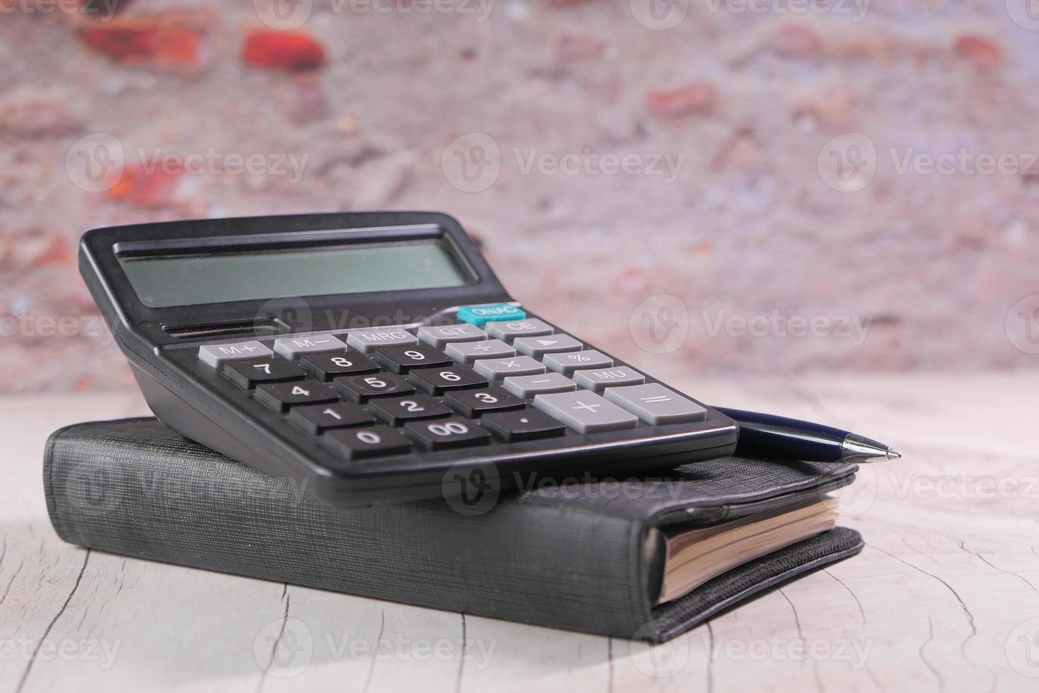 gros plan, de, calculatrice, et, bloc-notes, sur, arrière-plan couleur photo