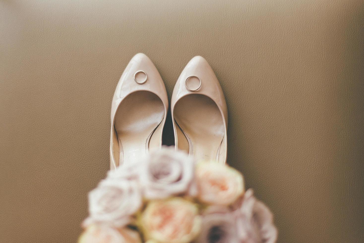 bouquet floral avec des chaussures de mariage et des anneaux photo