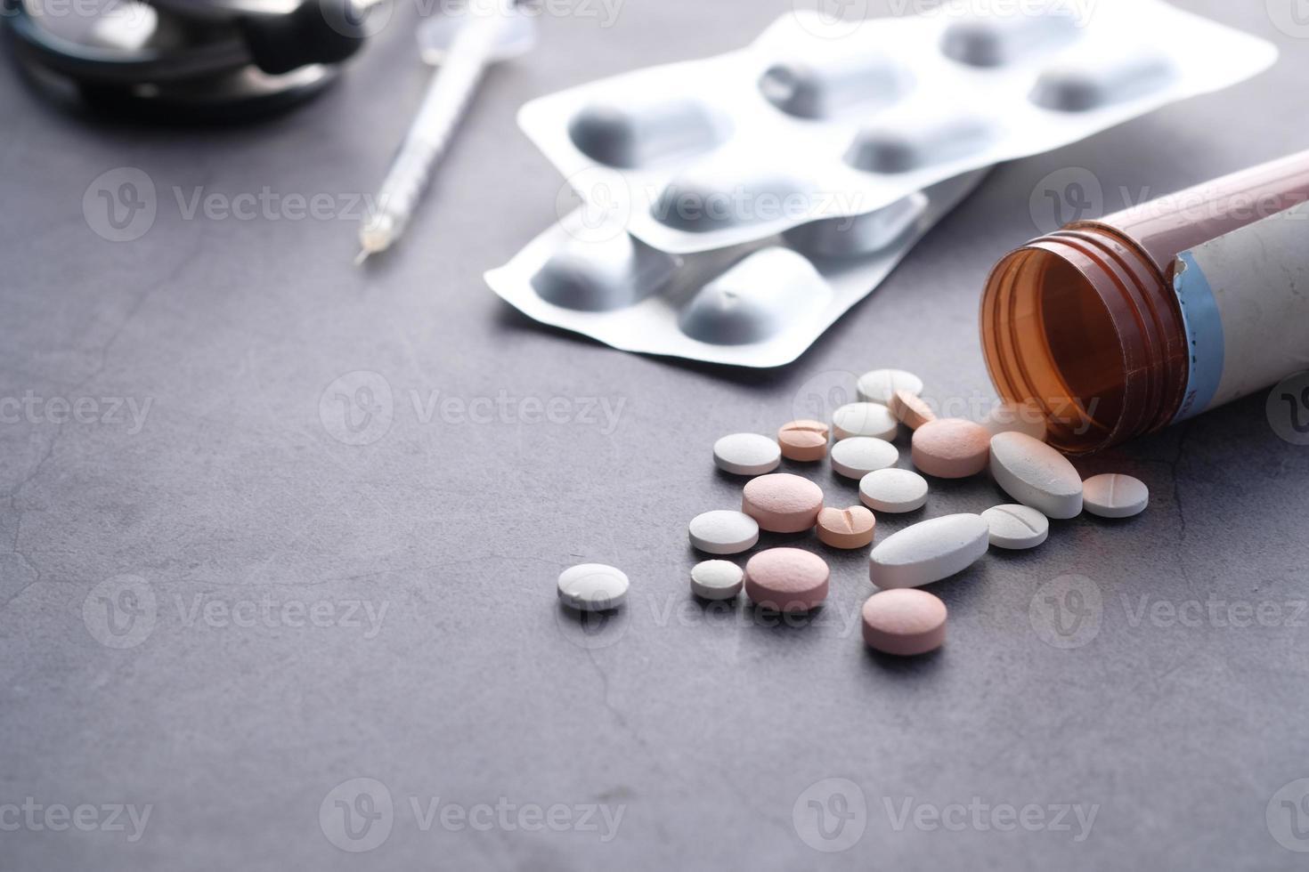 pilules et blister sur fond noir photo