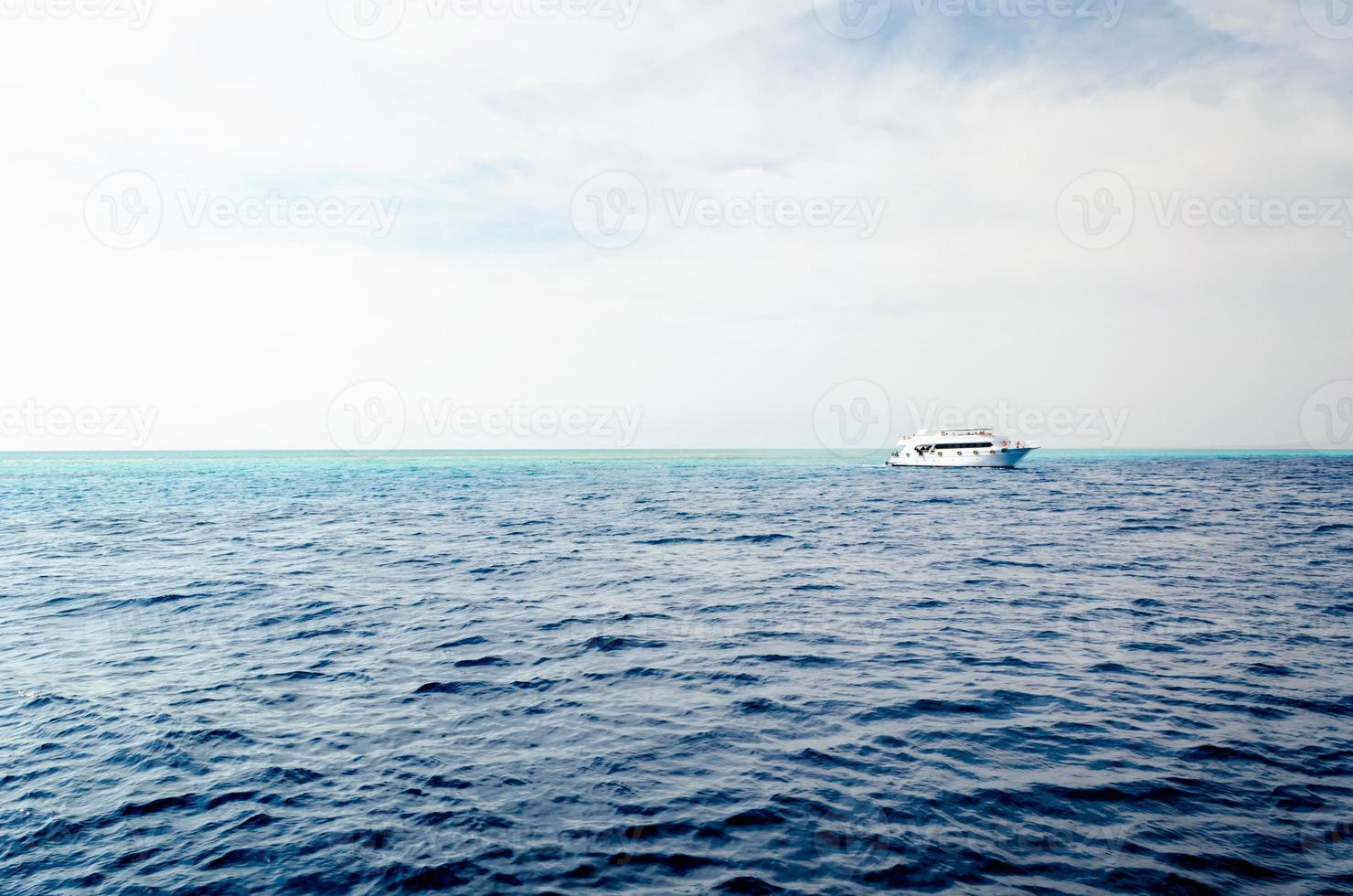 personnes sur un bateau au loin photo