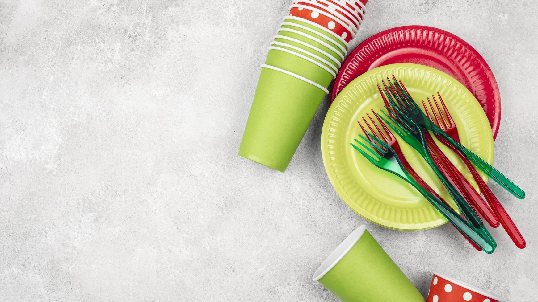 Vaisselle jetable tasses rouges copie espace photo