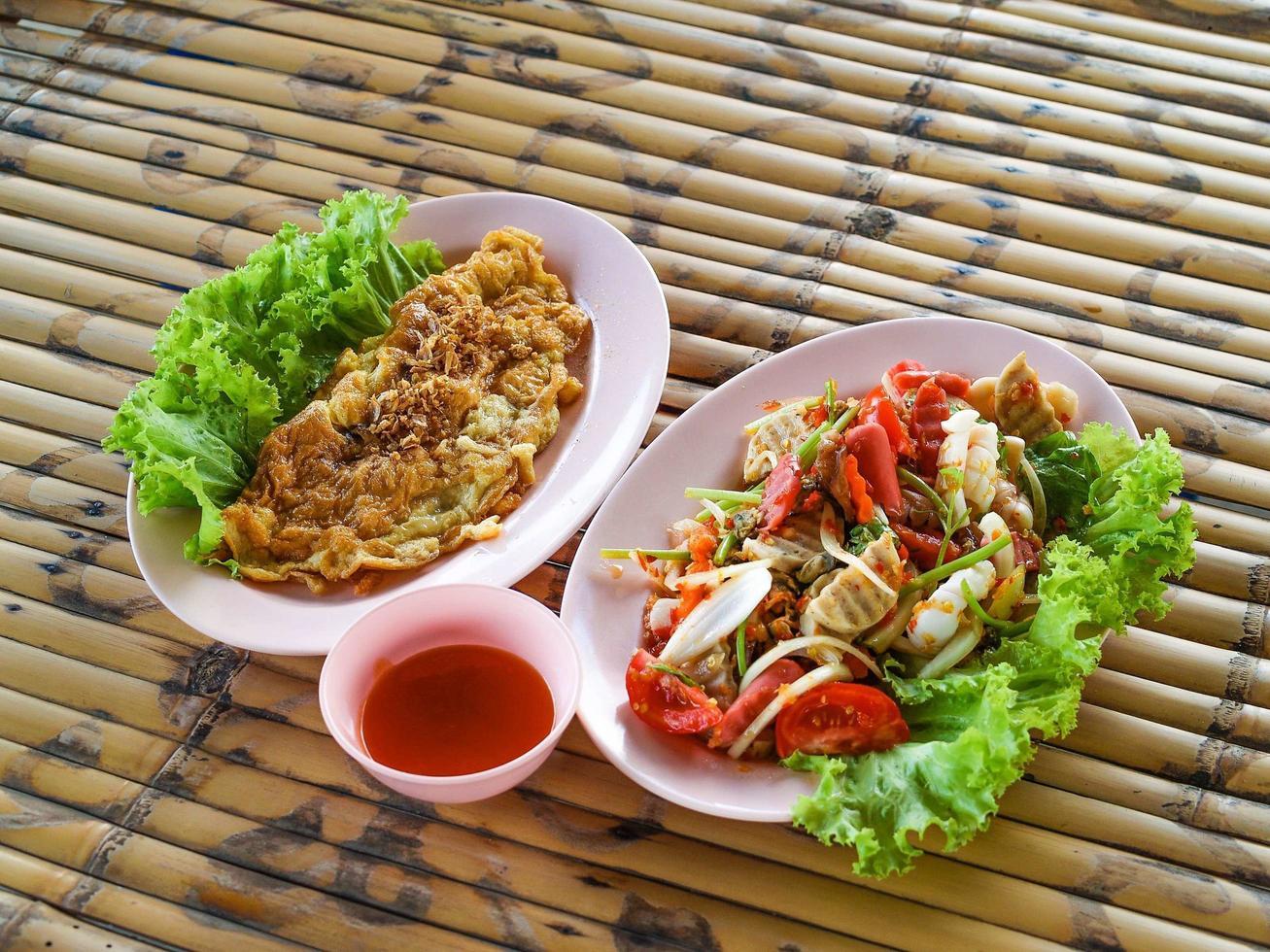 deux assiettes de cuisine thaïlandaise photo