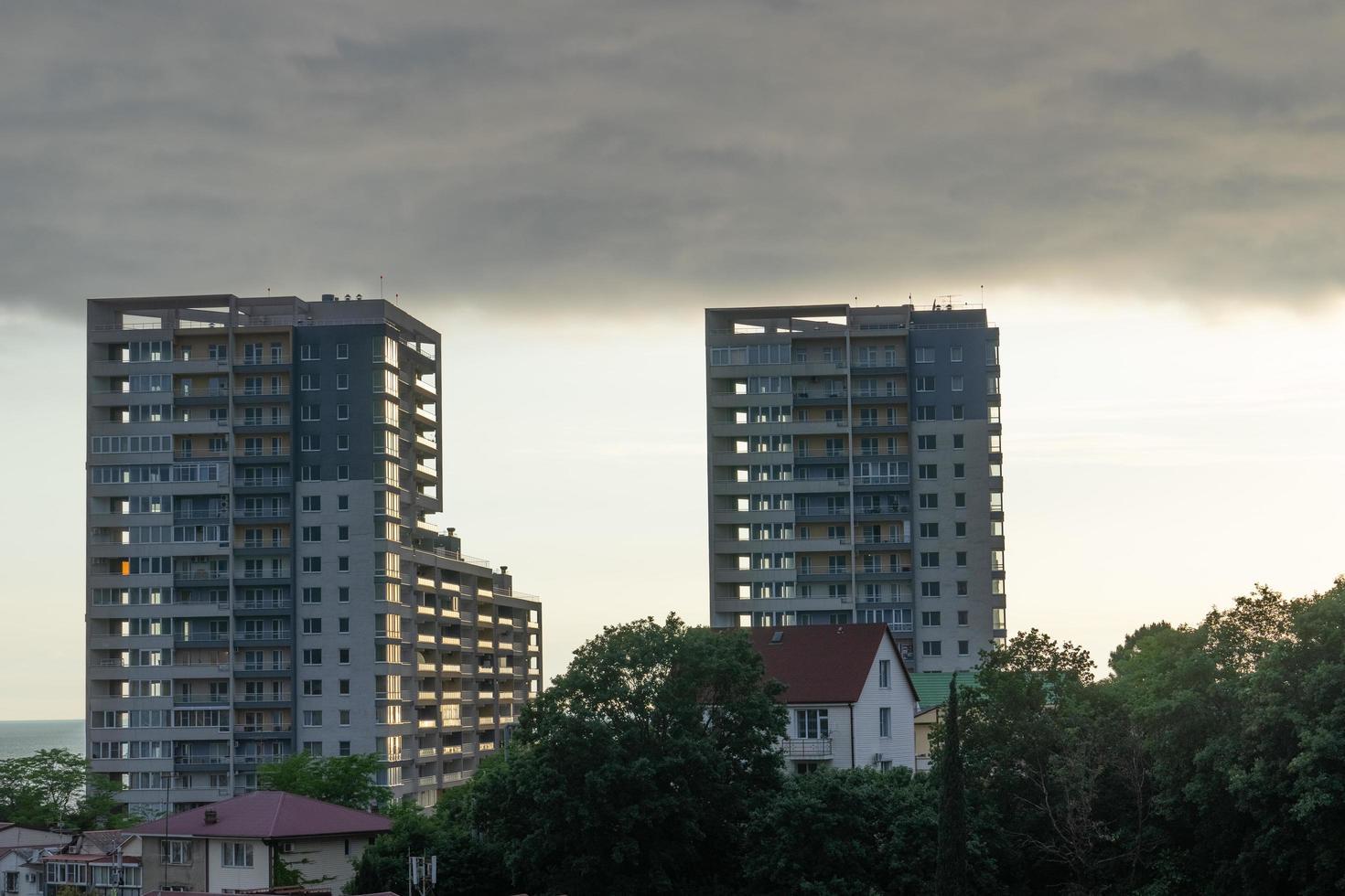 Paysage urbain avec des maisons d'arbres, de grands immeubles et un ciel nuageux à Sotchi, Russie photo