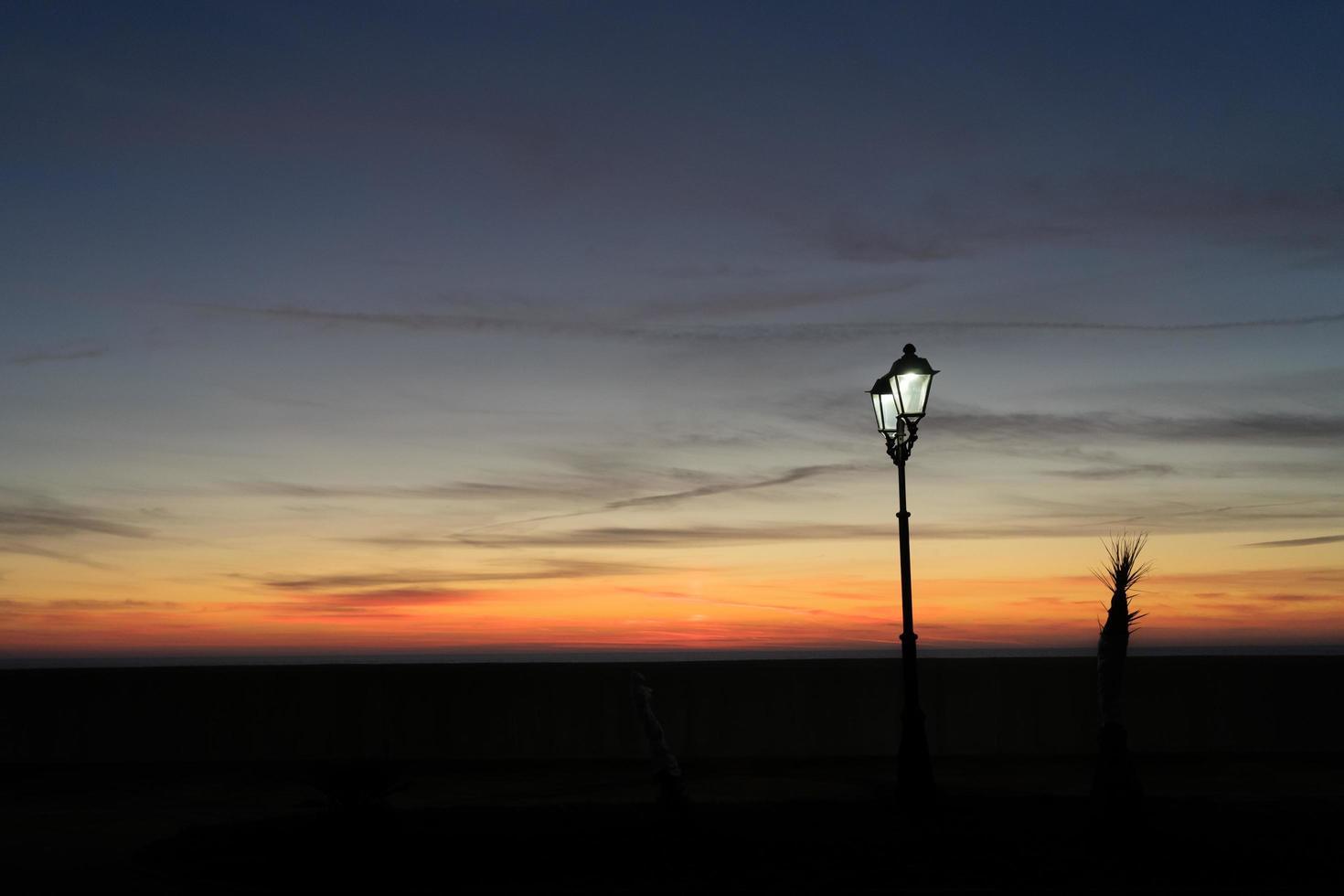 Lampadaires allumés avec un ciel coucher de soleil coloré à Sotchi, Russie photo