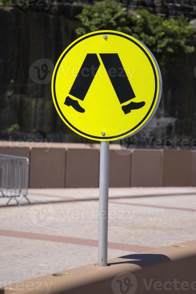 Les gens marchent signe au bord de la route à Sydney photo