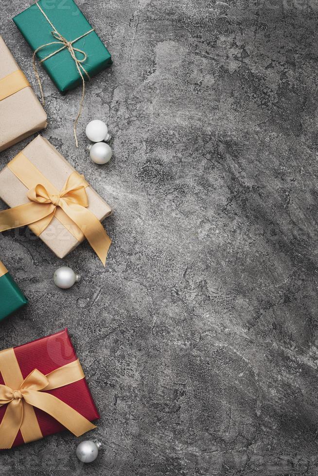 Cadeaux de Noël colorés sur fond de marbre avec espace copie photo