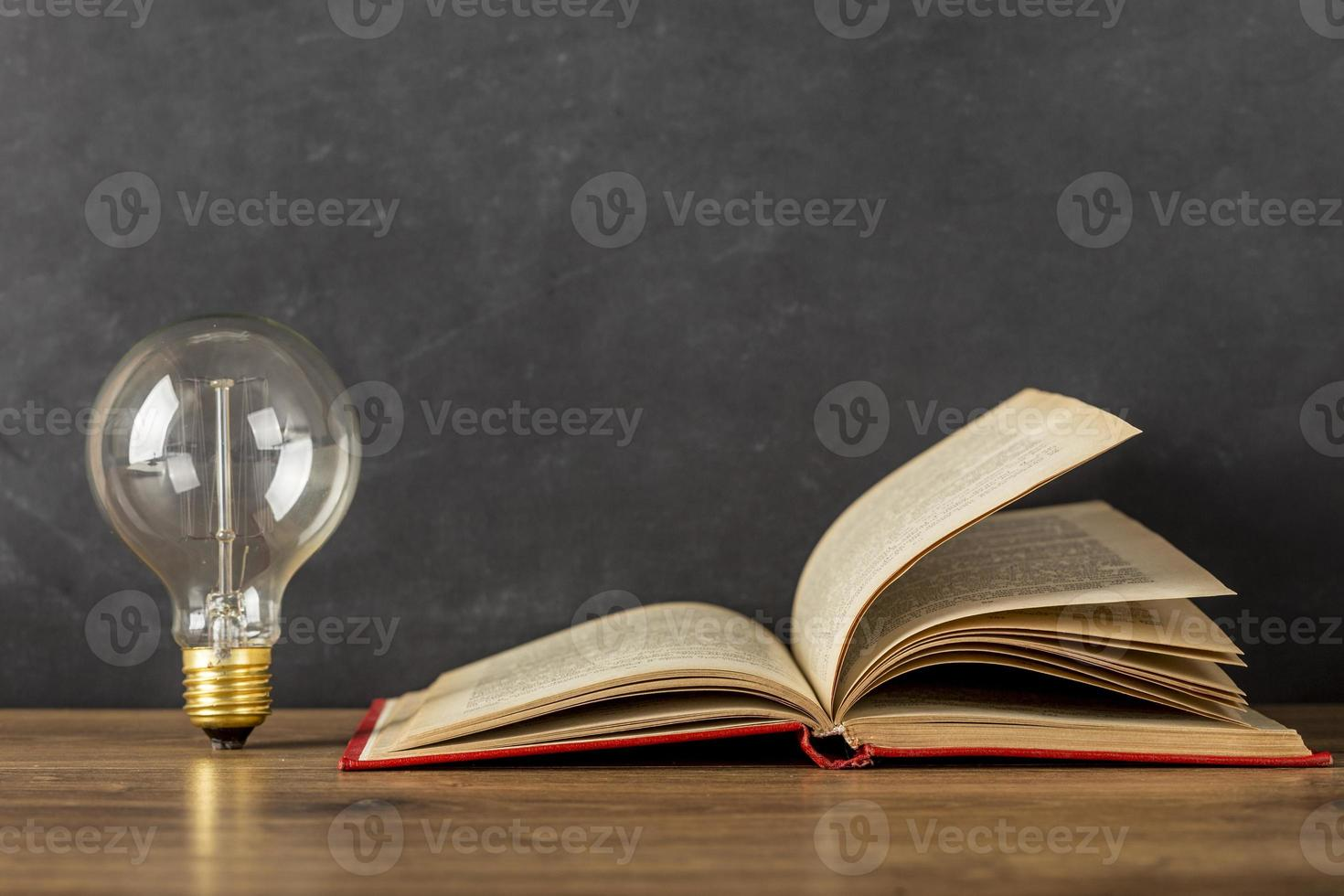 composition avec ampoule livre photo