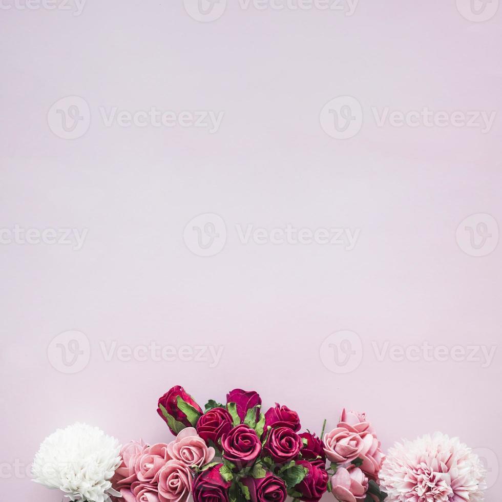 composition de diverses fleurs sur fond rose photo