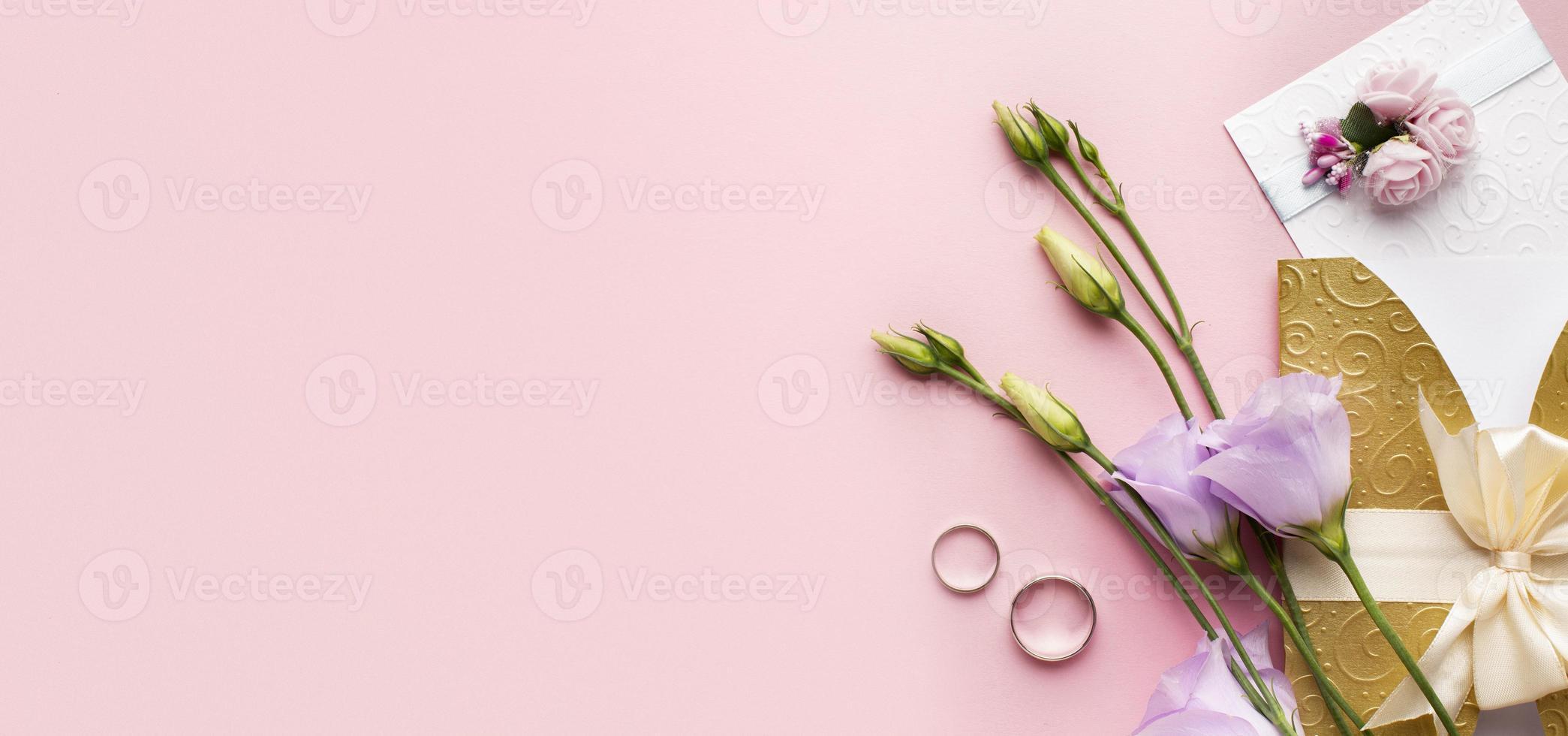 Copiez la papeterie de mariage de luxe floral espace sur fond rose photo