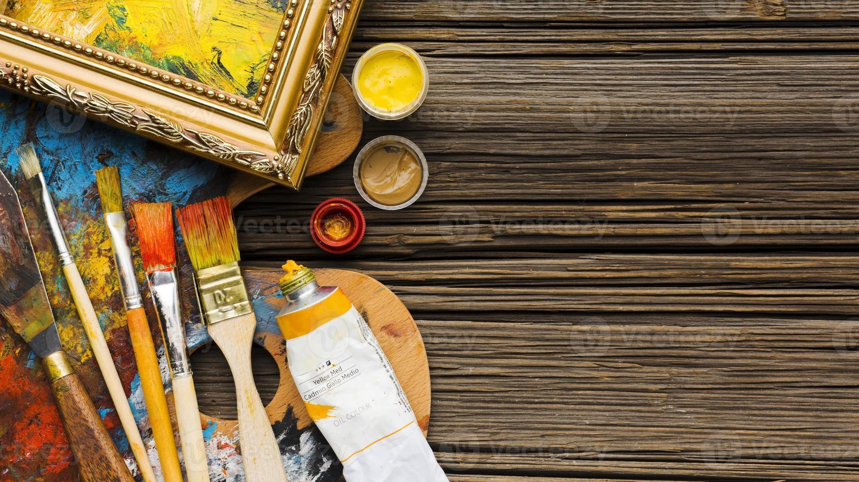 copie espace fond en bois et pinceaux photo