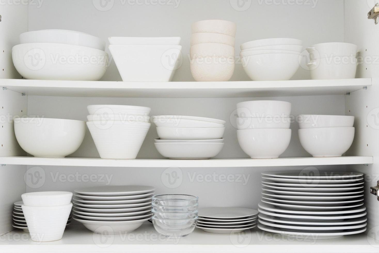 céramique blanche dans le placard photo