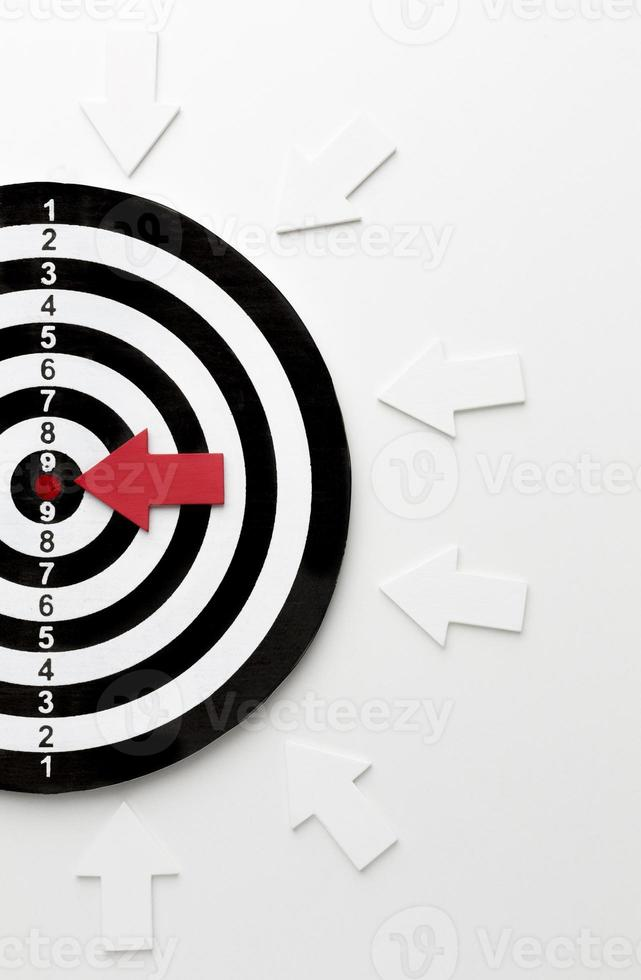 Cible plate laïque avec des flèches pointant vers la cible photo
