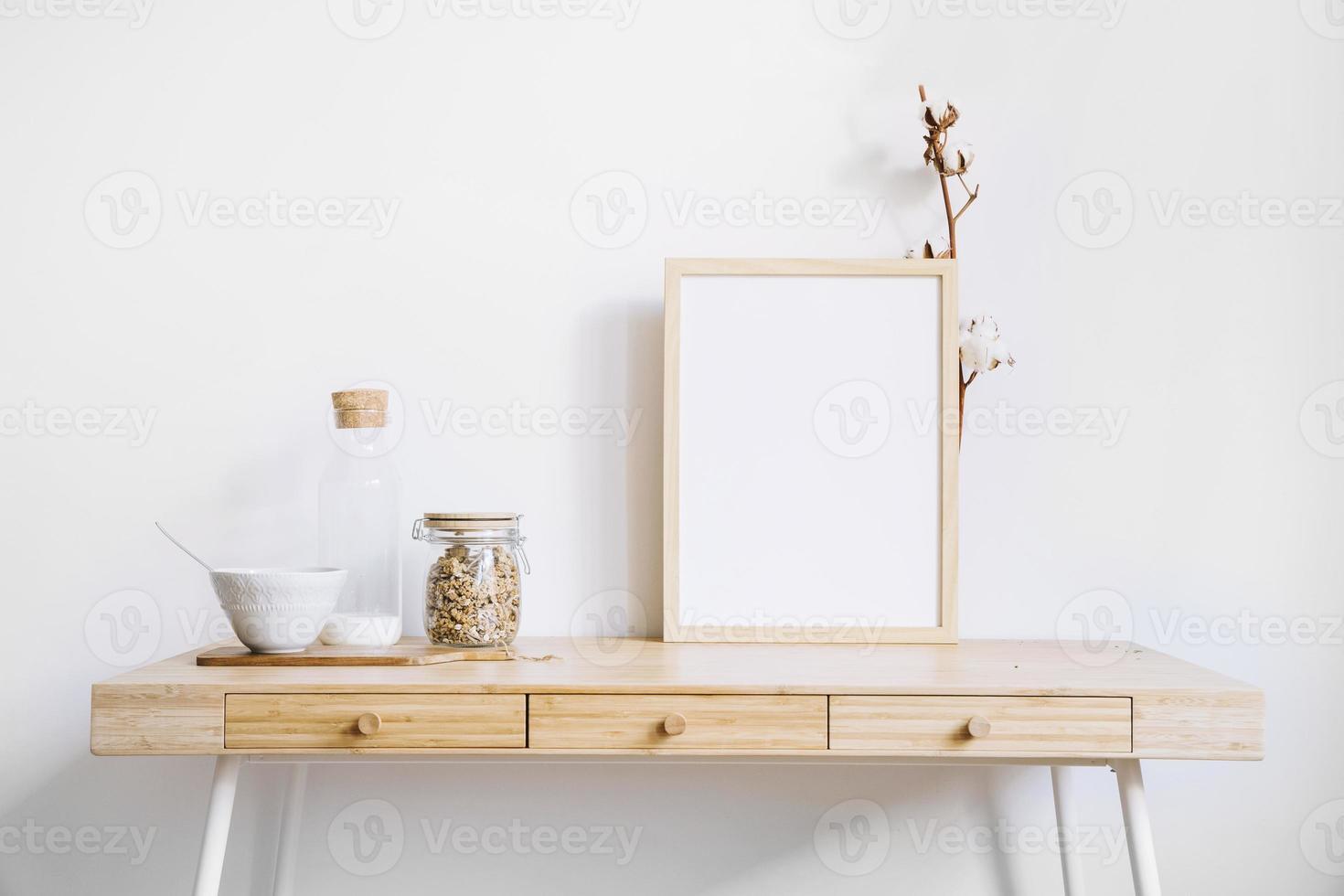 cadre et verre sur table photo