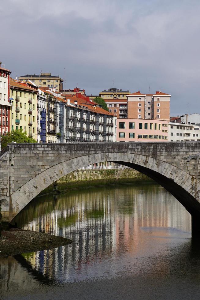 Architecture de pont dans la ville de Bilbao, Espagne photo
