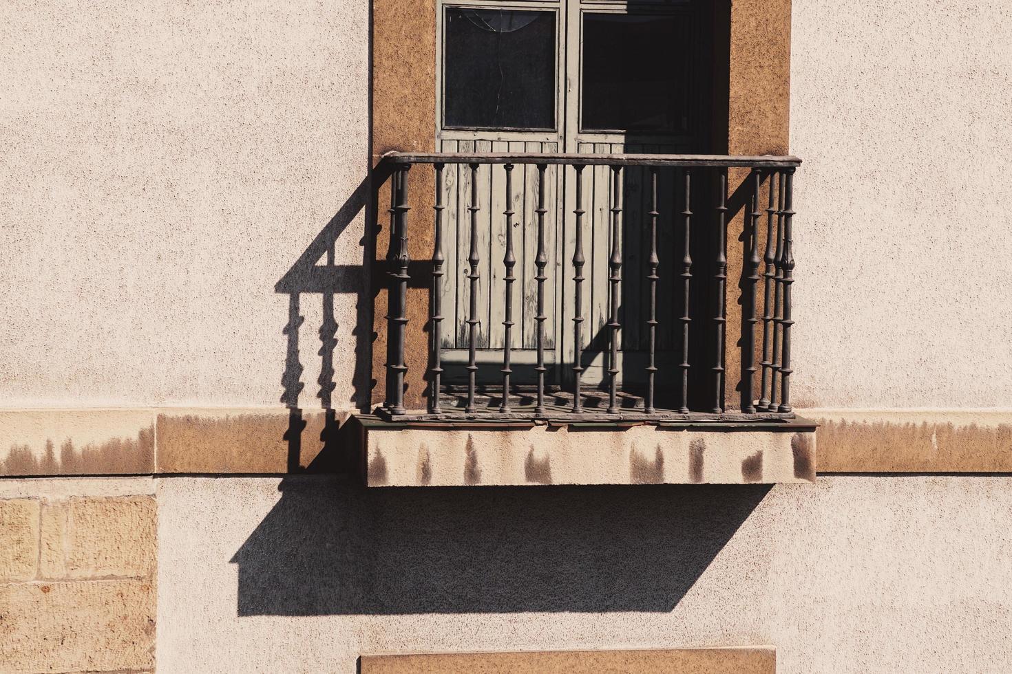 Balcon sur la façade de la maison, l'architecture dans la ville de Bilbao, Espagne photo