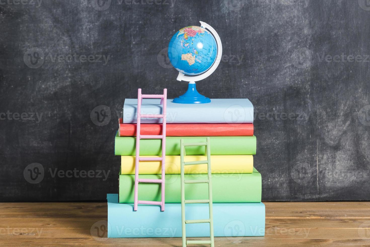 composition de livres et globe contre tableau noir photo
