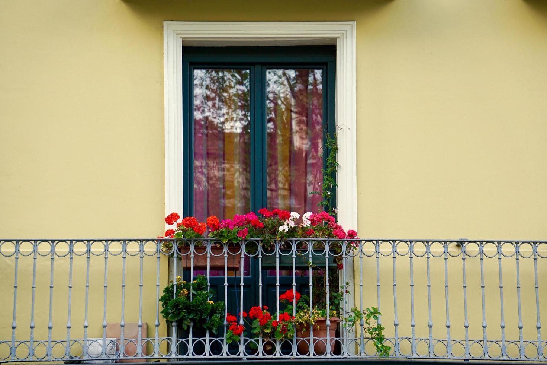 Fenêtre sur la façade jaune de la maison, l'architecture dans la ville de Bilbao, Espagne photo