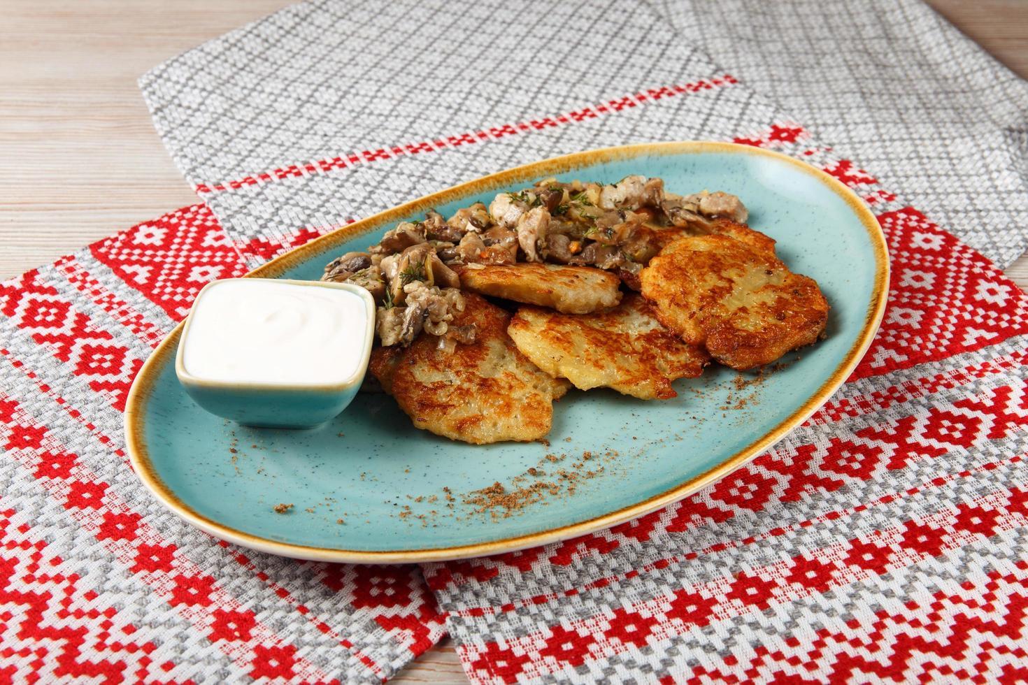 crêpes de pommes de terre farcies de viande hachée photo