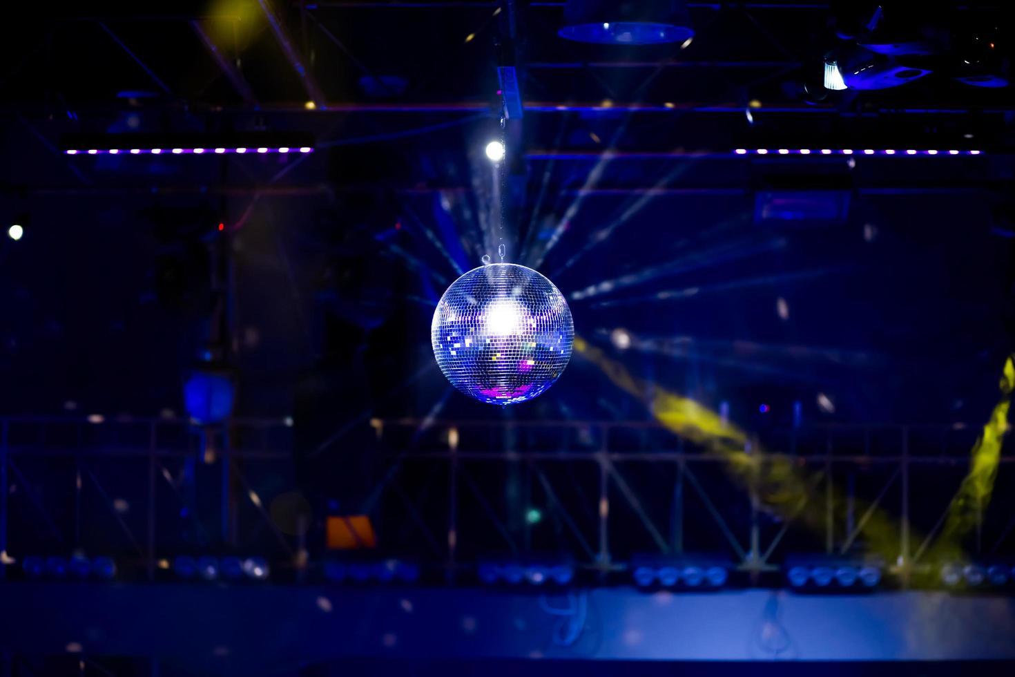 fond disco bleu avec boule à facettes photo