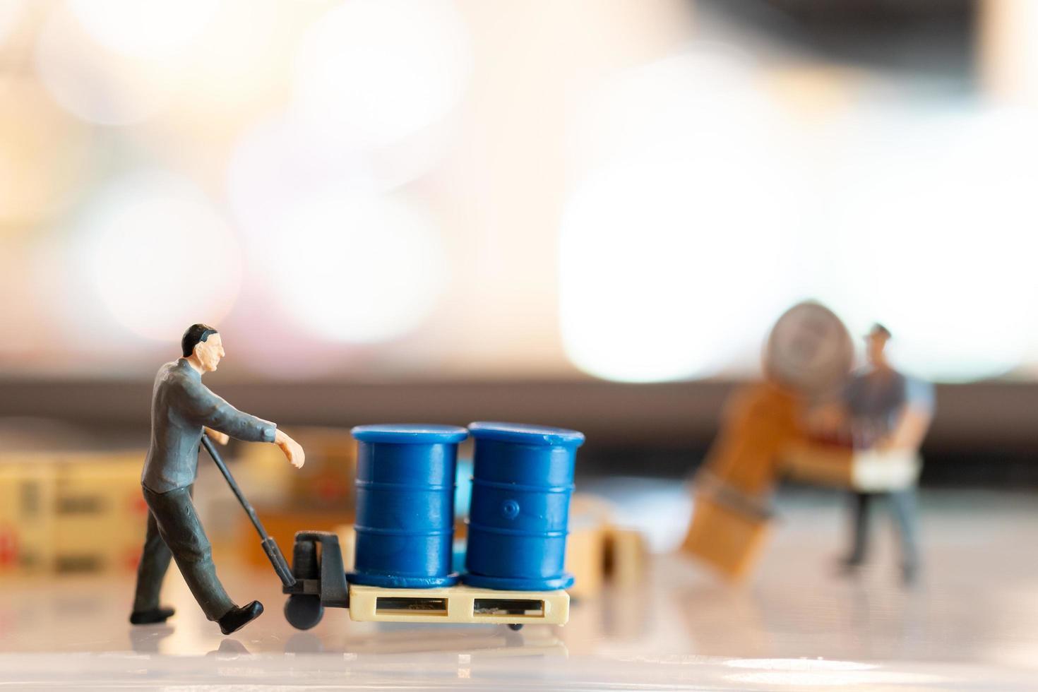des gens miniatures, des postiers en service se préparant à envoyer une boîte au consommateur. service de livraison pour le concept de commerce électronique photo